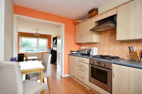 <b>Kitchen</b><span class='dims'> 11'4 x 10'4 (3.45 x 3.15m)</span>