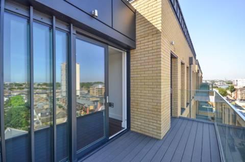 <b>Balcony</b><span class='dims'> 6'1 (1.85m)</span>