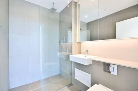 <b>En Suite Shower Room</b><span class='dims'> 7'2 x 5'11 (2.18 x 1.80m)</span>