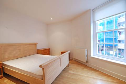 <b>Main Bedroom</b><span class='dims'> 16' x 12' (4.88 x 3.66m)</span>