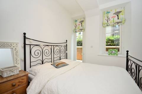 <b>Second Bedroom</b><span class='dims'> 15'5 x 10' (4.70 x 3.05m)</span>
