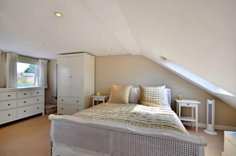 <b>Master Bedroom</b><span class='dims'> 20' x 18'7 (6.10 x 5.66m)</span>