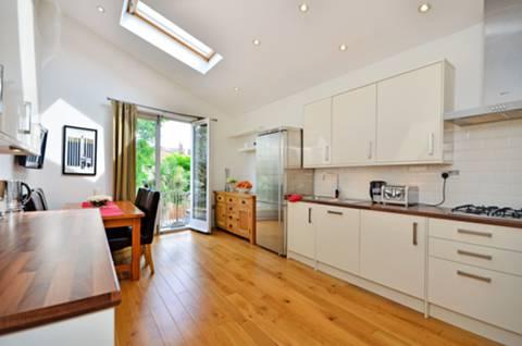 <b>Kitchen</b><span class='dims'> 20' x 11'7 (6.10 x 3.53m)</span>