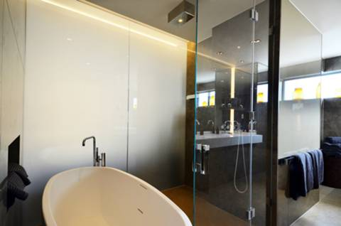 <b>En Suite Bathroom</b><span class='dims'> 22&#39;8 x 8&#39;5 (6.91 x 2.57m)</span>