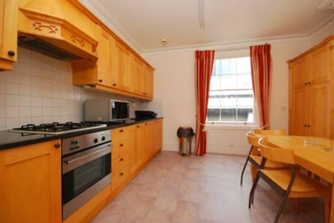 <b>Kitchen</b><span class='dims'> 13'8 x 12'7 (4.17 x 3.84m)</span>