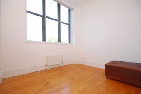 <b>Second Bedroom</b><span class='dims'> 11'5 x 10' (3.48 x 3.05m)</span>