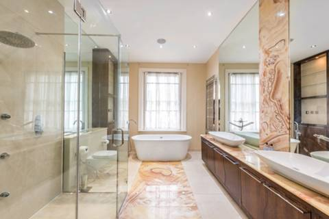 <b>First En Suite Shower Room</b><span class='dims'> 5'5 x 5'4 (1.65 x 1.63m)</span>