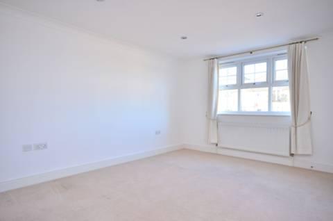 <b>Bedroom</b><span class='dims'> 14'3 x 12'6 (4.34 x 3.81m)</span>