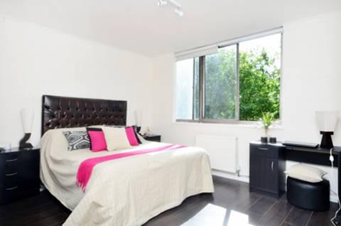 <b>Master Bedroom</b><span class='dims'> 15'10 x 13'5 (4.83 x 4.09m)</span>