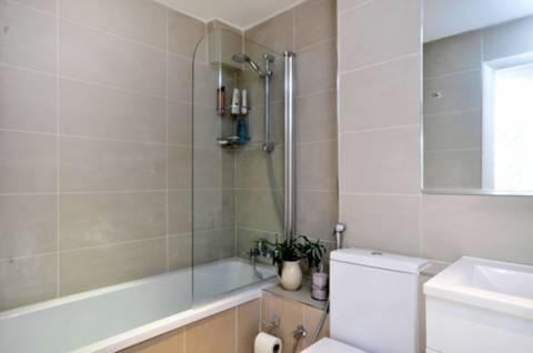 <b>Bathroom</b><span class='dims'> 7'2 x 5'4 (2.18 x 1.63m)</span>