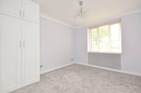<b>Bedroom</b><span class='dims'> 12'6 x 10'6 (3.81 x 3.20m)</span>