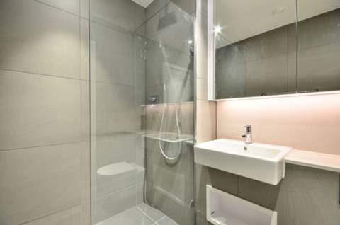 <b>En Suite Shower Room</b><span class='dims'> 7&#39;1 x 6&#39; (2.16 x 1.83m)</span>