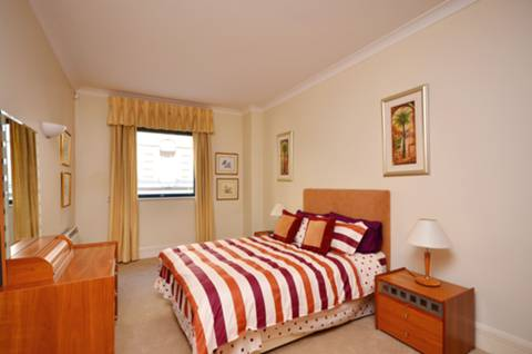 <b>Bedroom</b><span class='dims'> 18&#39; x 10&#39;1 (5.49 x 3.07m)</span>