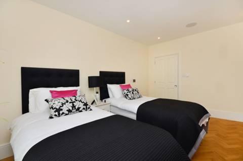 <b>Second Bedroom</b><span class='dims'> 14&#39;5 x 11&#39; (4.39 x 3.35m)</span>