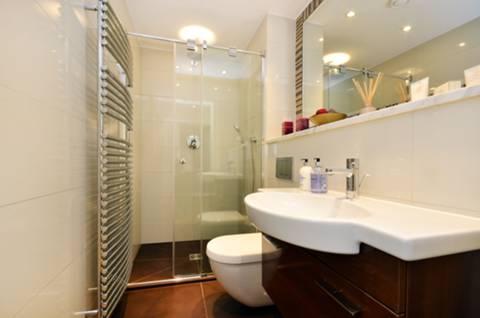 <b>Shower Room</b><span class='dims'> 7&#39;11 x 4&#39;9 (2.41 x 1.45m)</span>