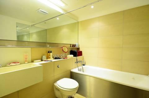 <b>Bathroom</b><span class='dims'> 7' x 6'4 (2.13 x 1.93m)</span>