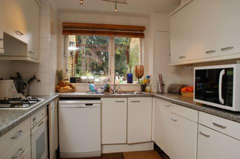 <b>Kitchen</b><span class='dims'> 10' x 8'6 (3.05 x 2.59m)</span>
