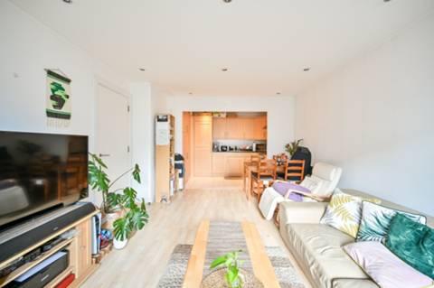 <b>Bathroom</b><span class='dims'> 8&#39;6 x 6&#39;9 (2.59 x 2.06m)</span>