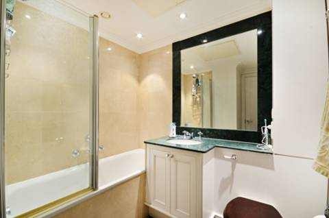 <b>En Suite Bathroom</b><span class='dims'> 8' x 6'10 (2.44 x 2.08m)</span>