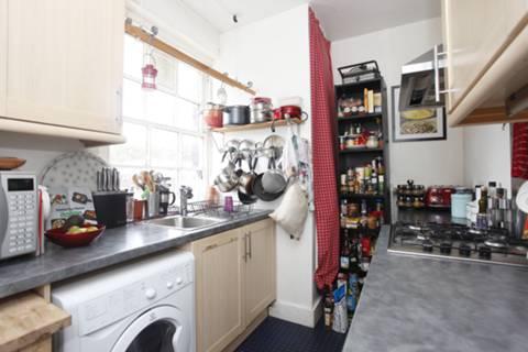 <b>Kitchen</b><span class='dims'> 10'1 x 6'8 (3.07 x 2.03m)</span>