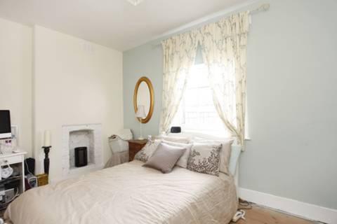 <b>Bedroom</b><span class='dims'> 14'10 x 9'6 (4.52 x 2.90m)</span>