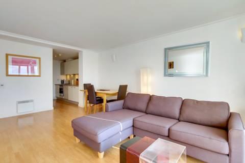 <b>Reception Room</b><span class='dims'> 19'6 x 13'9 (5.94 x 4.19m)</span>