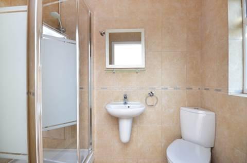 <b>En Suite Shower Room</b><span class='dims'> 7'5 x 3'8 (2.26 x 1.12m)</span>