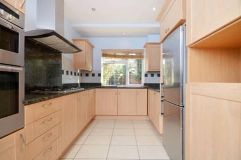 <b>Kitchen/Dining Room</b><span class='dims'> 35'4 x 8'8 (10.77 x 2.64m)</span>