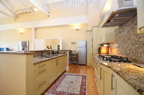 <b>Kitchen</b><span class='dims'> 20' x 8'6 (6.10 x 2.59m)</span>