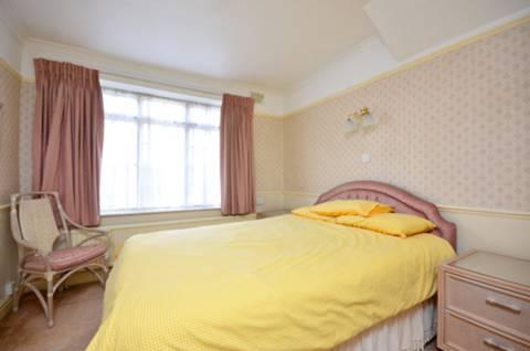 <b>Master Bedroom</b><span class='dims'> 17'8 x 10' (5.38 x 3.05m)</span>