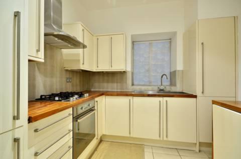 <b>Kitchen</b><span class='dims'> 9' x 9' (2.74 x 2.74m)</span>