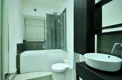 <b>Bathroom</b><span class='dims'> 9' x 5'4 (2.74 x 1.63m)</span>