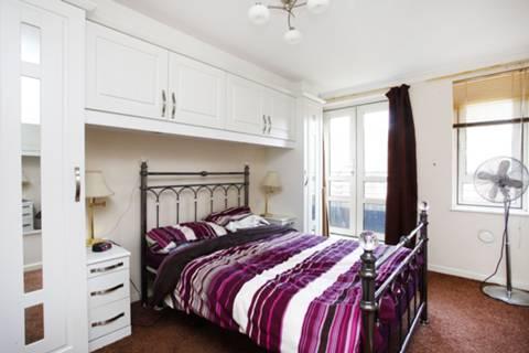 <b>Bedroom</b><span class='dims'> 15'6 x 9'6 (4.72 x 2.90m)</span>