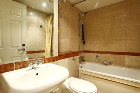 <b>Bathroom</b><span class='dims'> 7' x 5'6 (2.13 x 1.68m)</span>