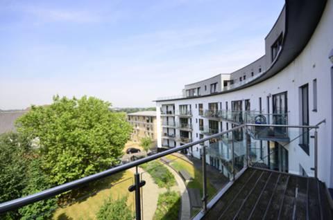 <b>Balcony</b><span class='dims'> 5'7 (1.70m)</span>