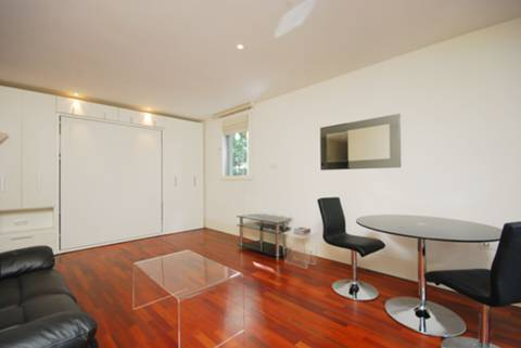 <b>Studio Room</b><span class='dims'> 20&#39;4 x 20&#39; (6.20 x 6.10m)</span>