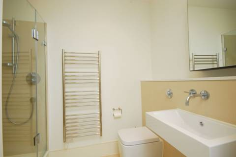 <b>Shower Room</b><span class='dims'> 8&#39; x 5&#39; (2.44 x 1.52m)</span>