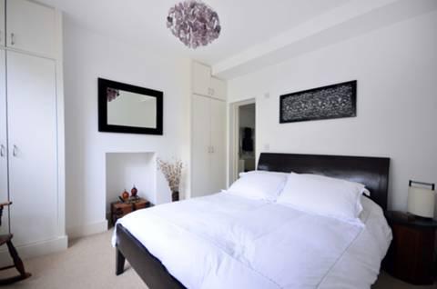 <b>Main Bedroom</b><span class='dims'> 12'1 x 10'1 (3.68 x 3.07m)</span>