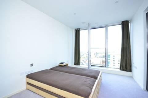<b>Master Bedroom</b><span class='dims'> 19' x 10'5 (5.79 x 3.17m)</span>