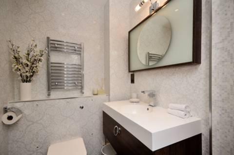 <b>En Suite Shower Room</b><span class='dims'> 7&#39;3 x 5&#39; (2.21 x 1.52m)</span>