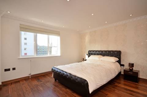 <b>Master Bedroom</b><span class='dims'> 14&#39;8 x 13&#39;11 (4.47 x 4.24m)</span>