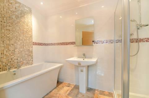 <b>Bathroom</b><span class='dims'> 9'6 x 6'8 (2.90 x 2.03m)</span>