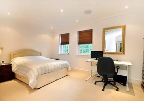 <b>Second Bedroom</b><span class='dims'> 16'5 x 9'6 (5.00 x 2.90m)</span>