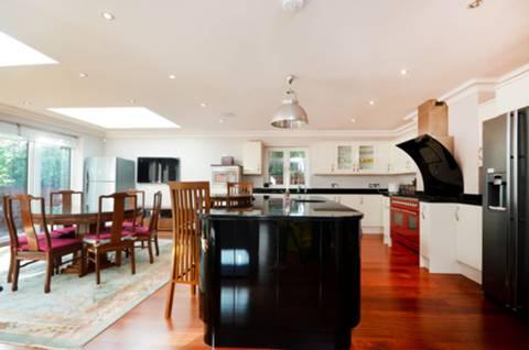 <b>Kitchen</b><span class='dims'> 25'11 x 21'4 (7.90 x 6.50m)</span>
