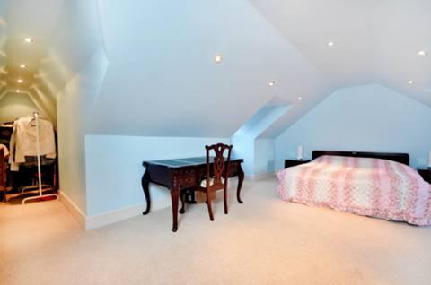 <b>Main Bedroom</b><span class='dims'> 17'10 x 13'3 (5.44 x 4.04m)</span>