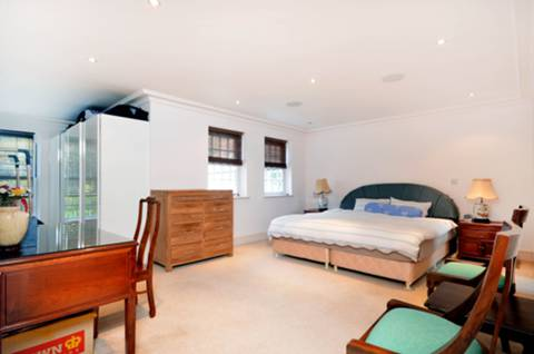 <b>Third Bedroom</b><span class='dims'> 12'11 x 11'5 (3.94 x 3.48m)</span>