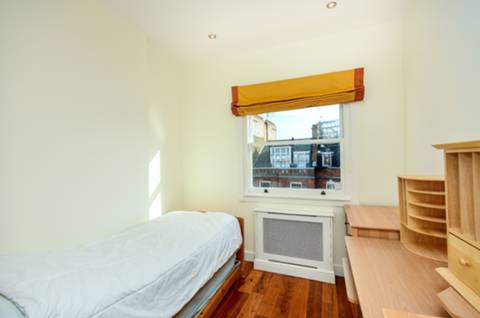 <b>Third Bedroom</b><span class='dims'> 11'5 x 8'3 (3.48 x 2.51m)</span>