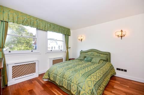 <b>Main Bedroom</b><span class='dims'> 12'11 x 12'9 (3.94 x 3.89m)</span>