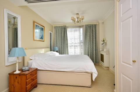 <b>Master Bedroom</b><span class='dims'> 15&#39;7 x 14&#39; (4.75 x 4.27m)</span>