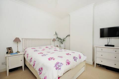 <b>Master Bedroom</b><span class='dims'> 12'9 x 10'6 (3.89 x 3.20m)</span>